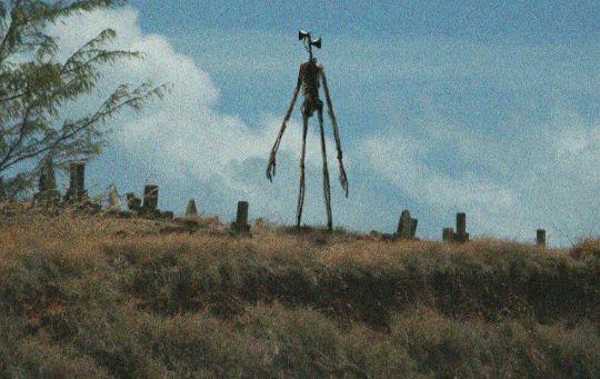 Siren Head na hřbitově
