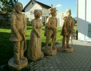 Vyřezávané sochy před infocentrem
