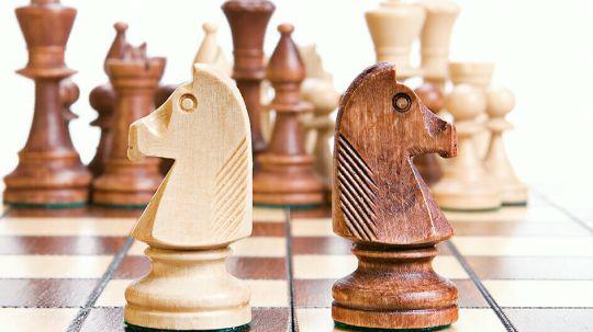 springer-schachfiguren-auf-schachbrett