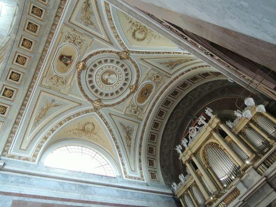 Varhany a část stropu