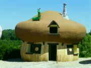 Šmoulí domeček v hříbečku s housenkou