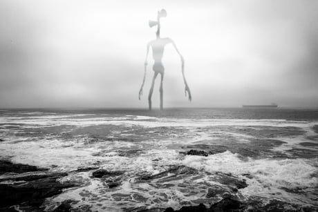 Siren Head v moři