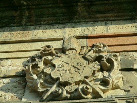 Nad vchodem do barokní sýpky